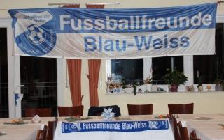 Blau-Weiße Dekoration bei der FC-Versammlung